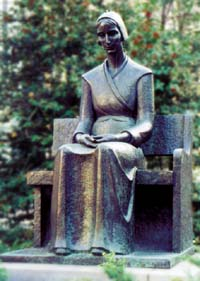 mary-dyer-quaker-statue